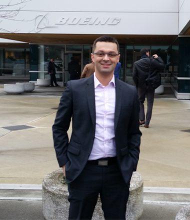 Sébastien Ecault, co-fondateur et dirigeant de la start-up nantaise e-Cobot devant l'enseigne boeing