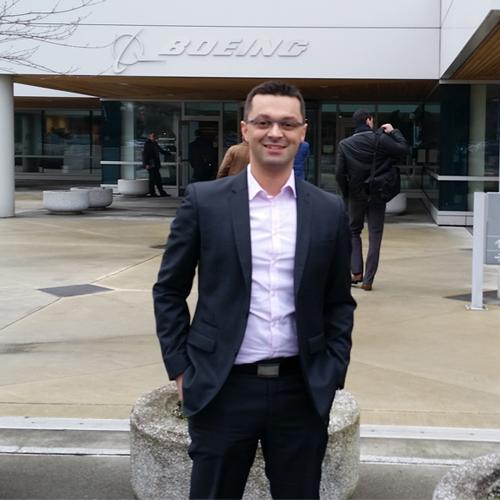 Sébastien Ecault, dirigeant de la start-up nantaise e-Cobot devant l'enseigne Boeing lors de la Learning Expedition